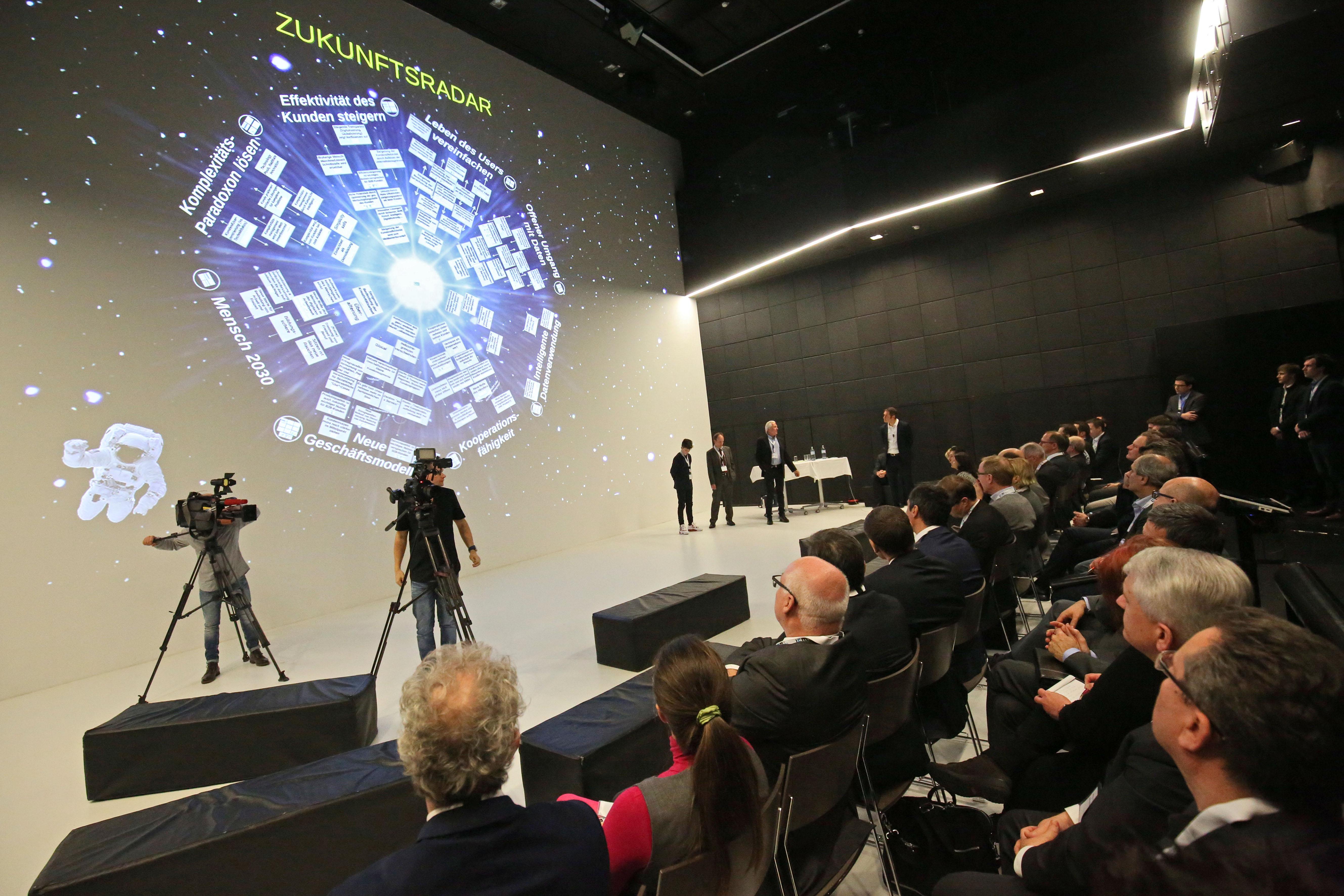 Das Zeitalter der Schwarmintelligenz | LCM-Zukunftsstudie entwirft Geschäftsmodelle des Jahres 2030
